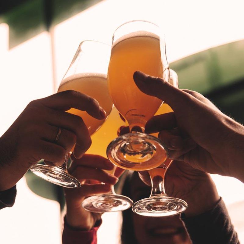 http://razbeerbriga.rs/wp-content/uploads/2017/05/Craft-beer-cheers.jpg